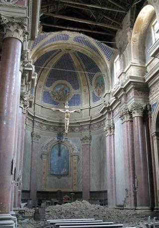 Il crocifisso rimasto miracolosamente illeso dopo il crollo della volta della navata centrale in seguito al sisma del maggio 2012